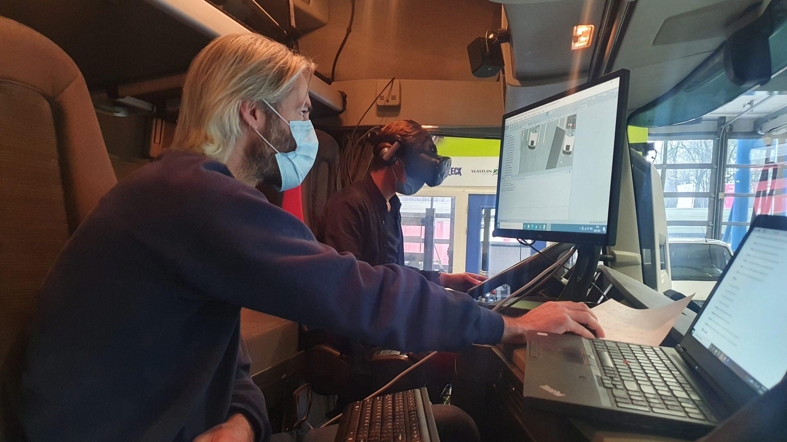 Twee studenten aan het werk tijdens de testrit, vrachtauto, virtual reality